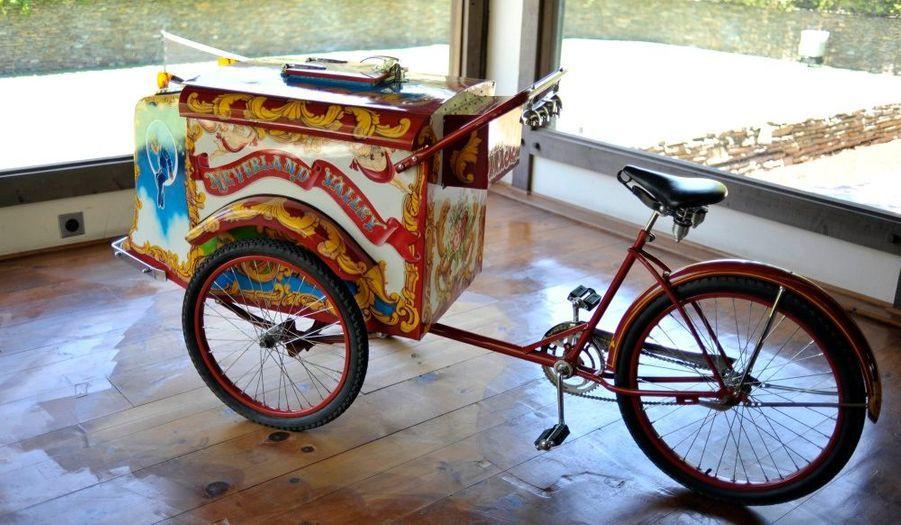 Un vélo de marchand de glace aux couleurs de Neverland, cadeau d'Elizabeth Taylor à Michael Jackson.
