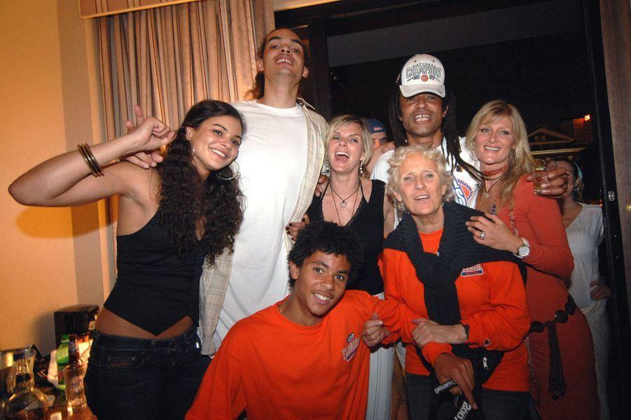Marie-Claire Noah et Yannick célèbrent en famille la victoire de Joakim, à Atlanta le 2 avril 2007.