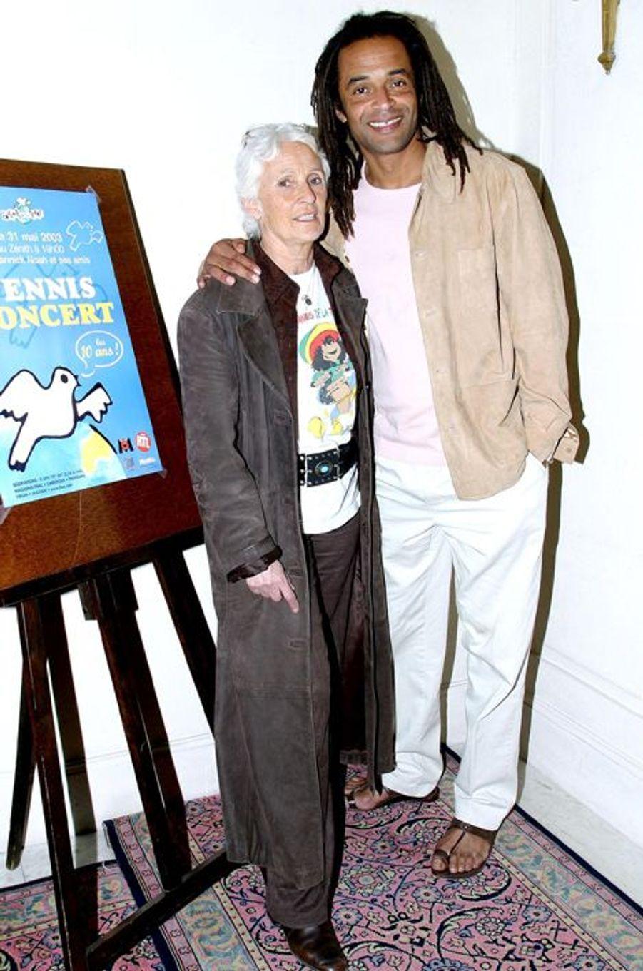 Yannick Noah et sa mère Marie-Claire, à Paris le 7 avril 2003.