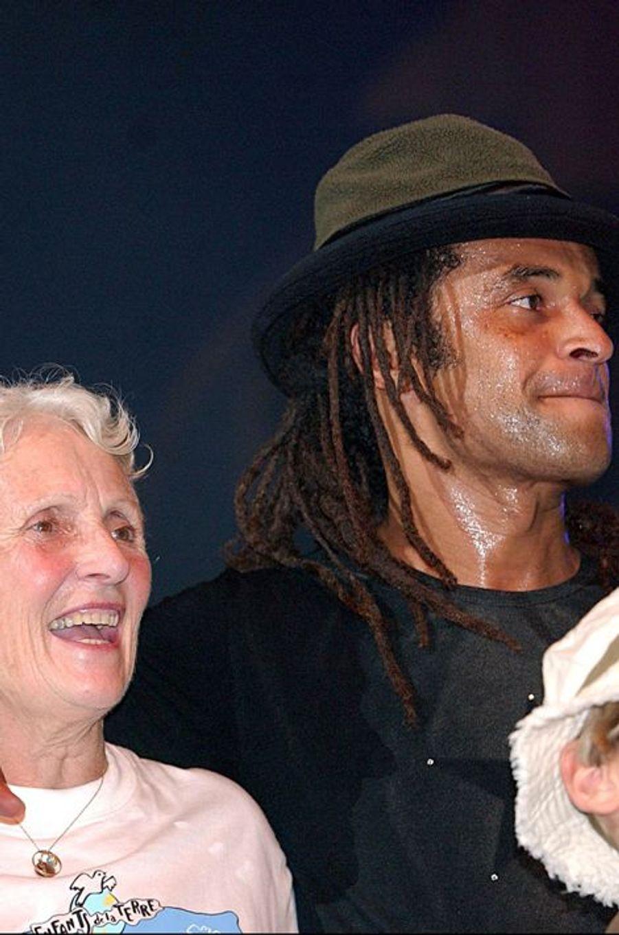 Yannick Noah et sa mère Marie-Claire au concert Les Enfants de la Terre à Paris, le 31 mai 2003