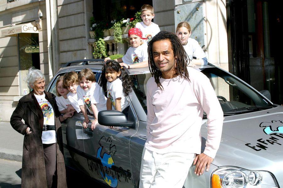 """Yannick Noah et sa mère Marie-Claire, en compagnie d'enfants de l'association """"Les Enfants de la Terre"""" à Paris, le 7 avril 2003."""