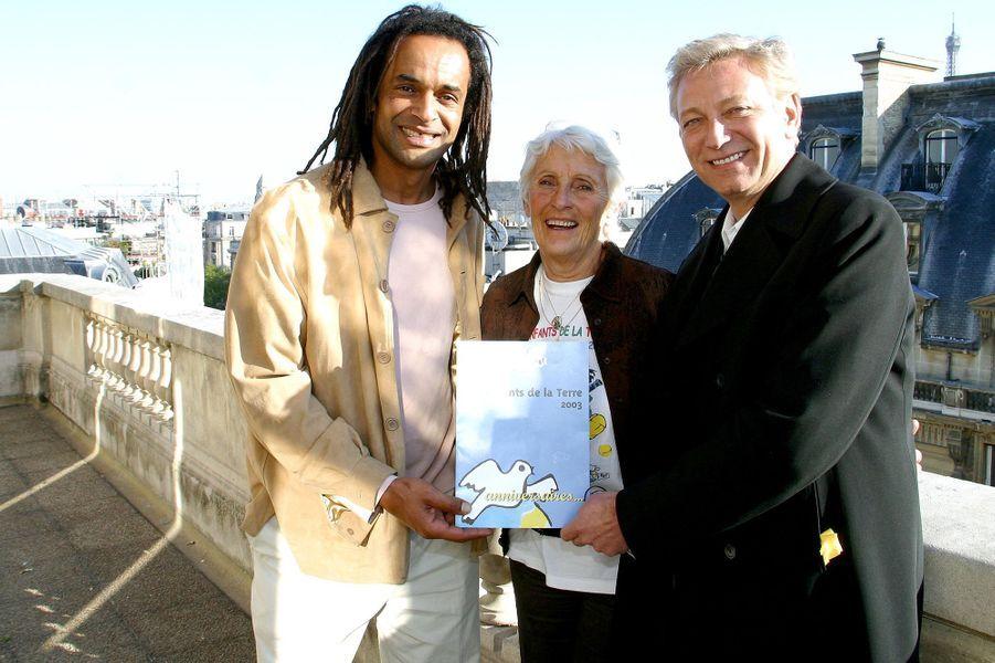 Yannick Noah et sa mère Marie-Claire, en compagnie de Laurent Boyer, à Paris le 7 avril 2003.