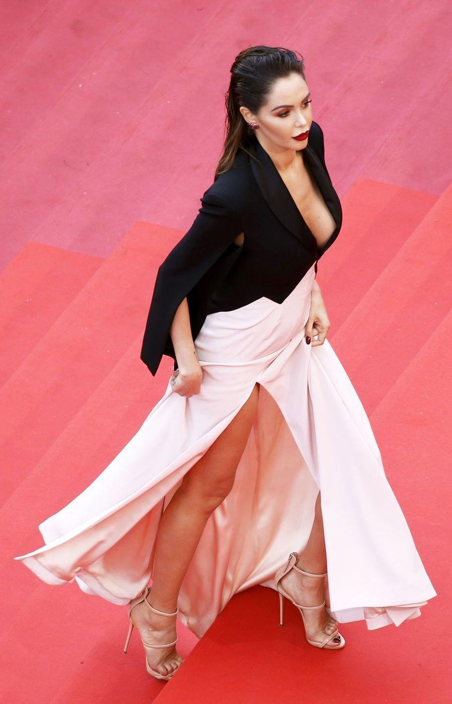Nabilla lors de la montée des marches du film «Une vie cachée» à Cannes le 19 mai 2019
