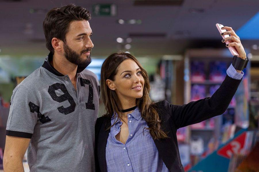 """Nabilla et Thomas lors d'une séance de dédicaces de """"Trop vite"""" en 2016"""
