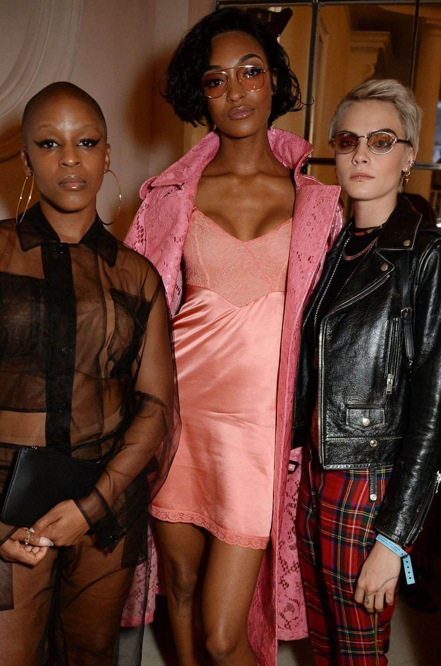 Julie Adenuga, Jourdan Dunn et Cara Delevingne au défilé Burberry à la Fashion Week de Londres, le 17 septembre 2017.