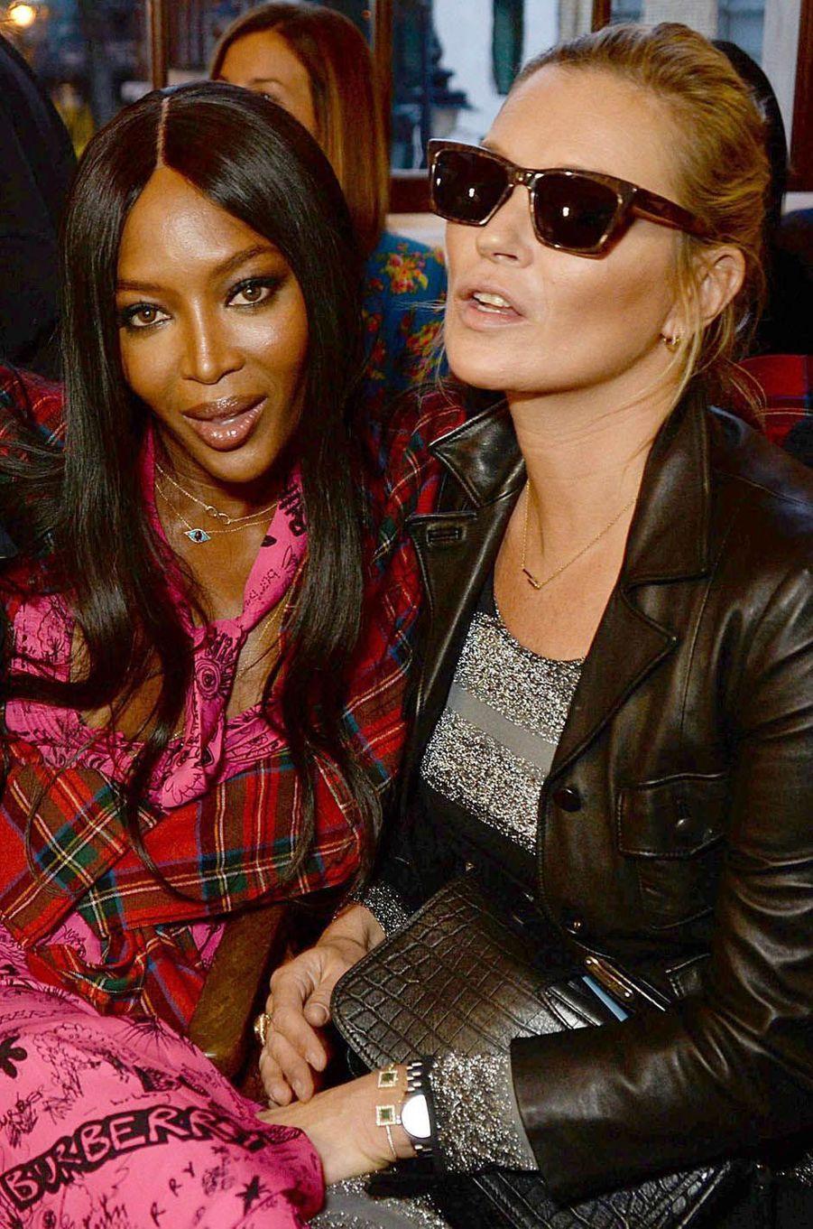 Naomi Campbell et Kate Mossau défilé Burberry à la Fashion Week de Londres, le 17 septembre 2017.