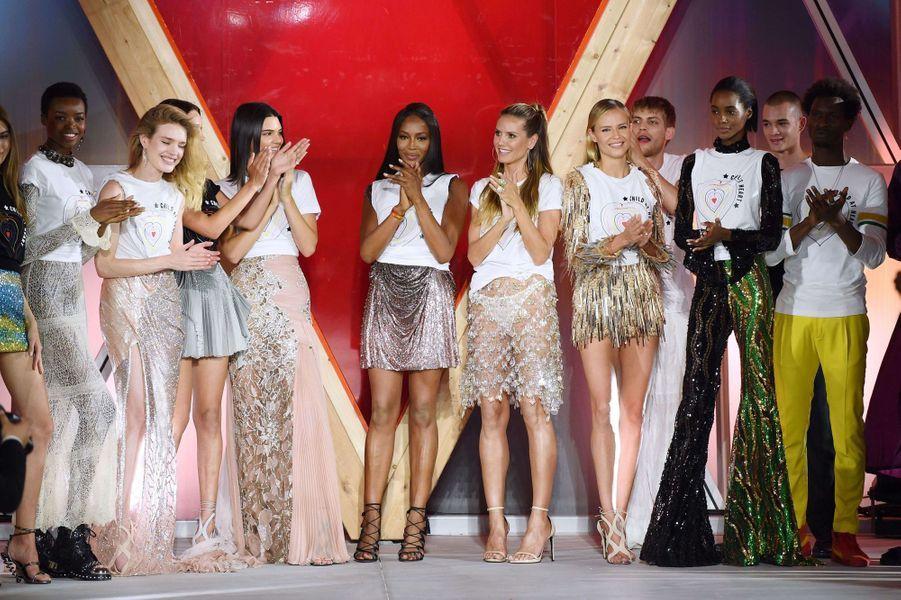 Naomi Campbell défilait hier à Cannes en compagnie de ses amies célèbres pour soutenir l'ONG Save the Children.