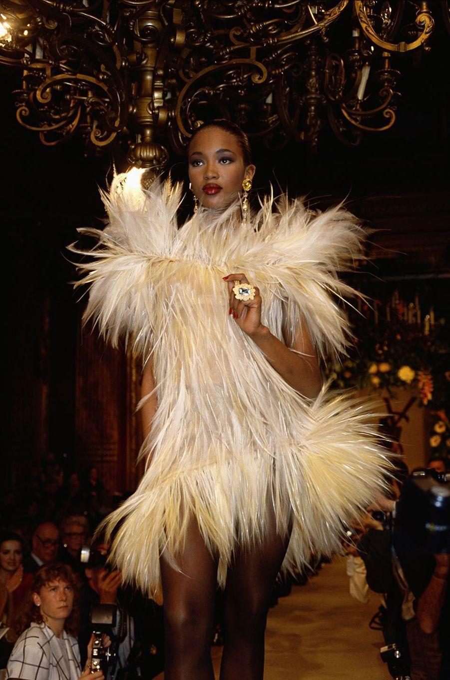 Naomi Campbell lors du défilé Yves Saint Laurent à Paris en juillet 1987
