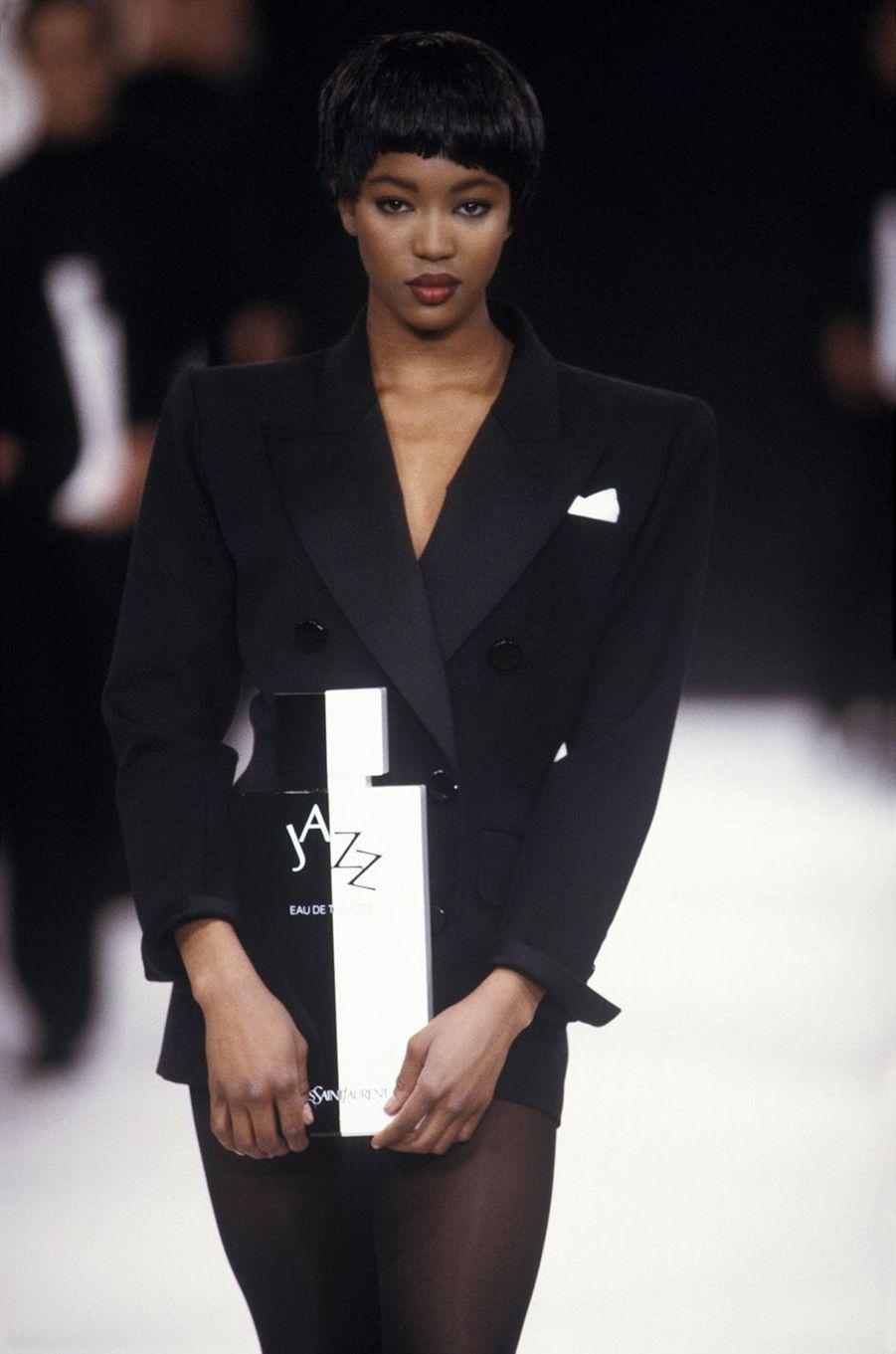 Naomi Campbell lors du défilé Yves Saint Laurent à Paris en mars 1988