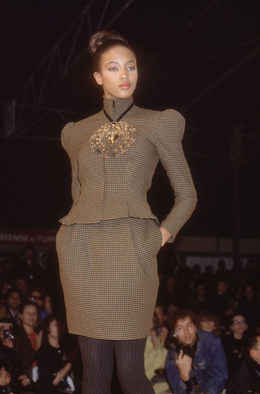 Naomi Campbell lors du défilé Christian Lacroix à Paris en mars 1988
