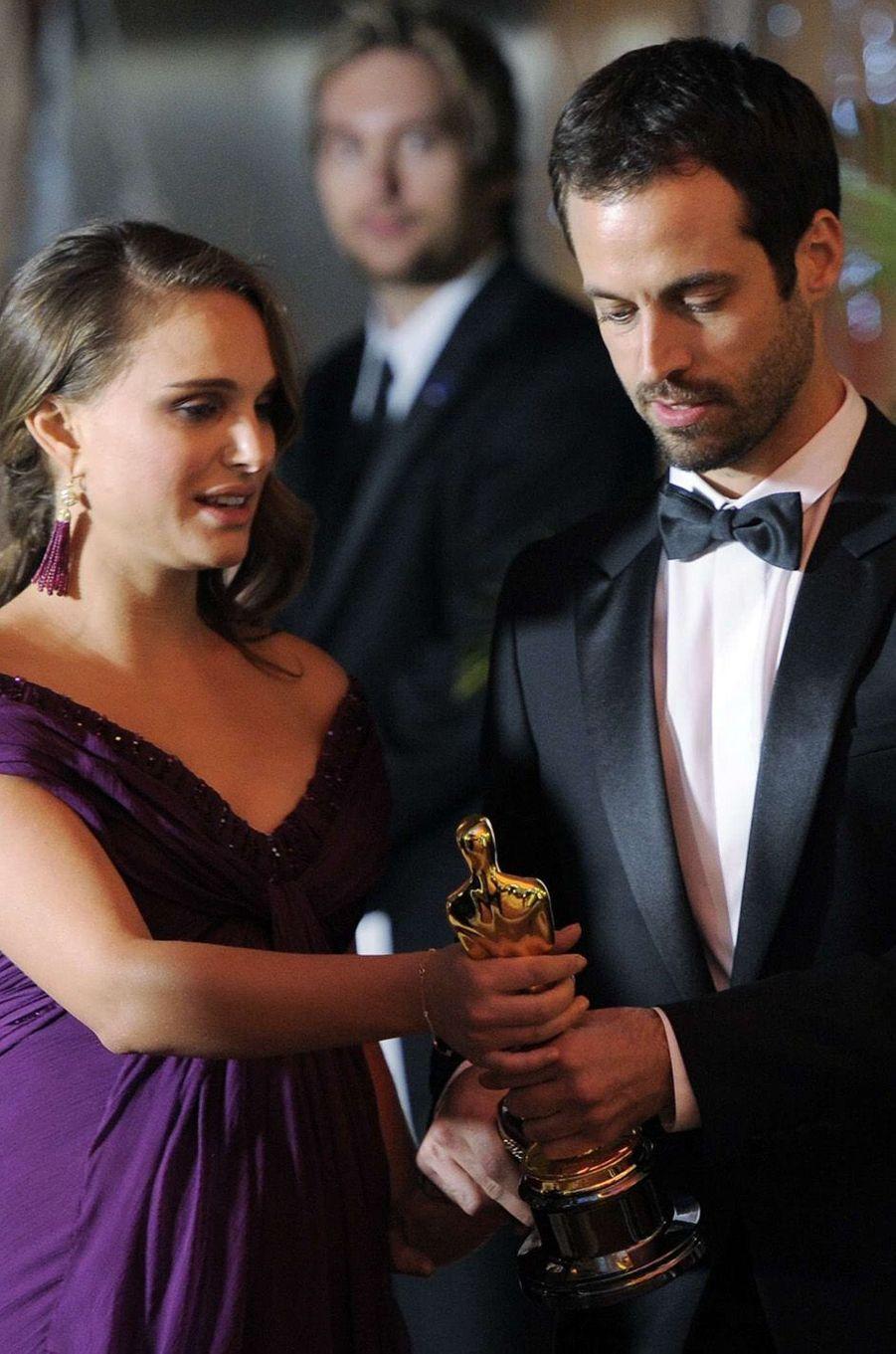 Natalie Portman vient de remporter son Oscar de la Meilleure actrice. Benjamin Millepied tout près d'elle, en février 2011.