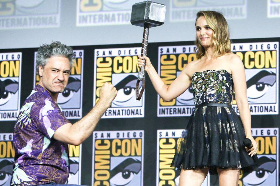 Natalie Portman reprendra sa rôle de Jane Foster dans le quatrième volet de la saga Thor, intitulé «Thor : Love and Thunder». Ici avec Taika Waititi.