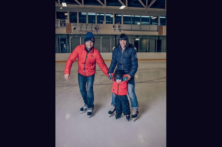 Premiers pas sur la glace à la patinoire de Bathurst. Si Natasha est experte, Grégory préfère la glisse sur l'océan.