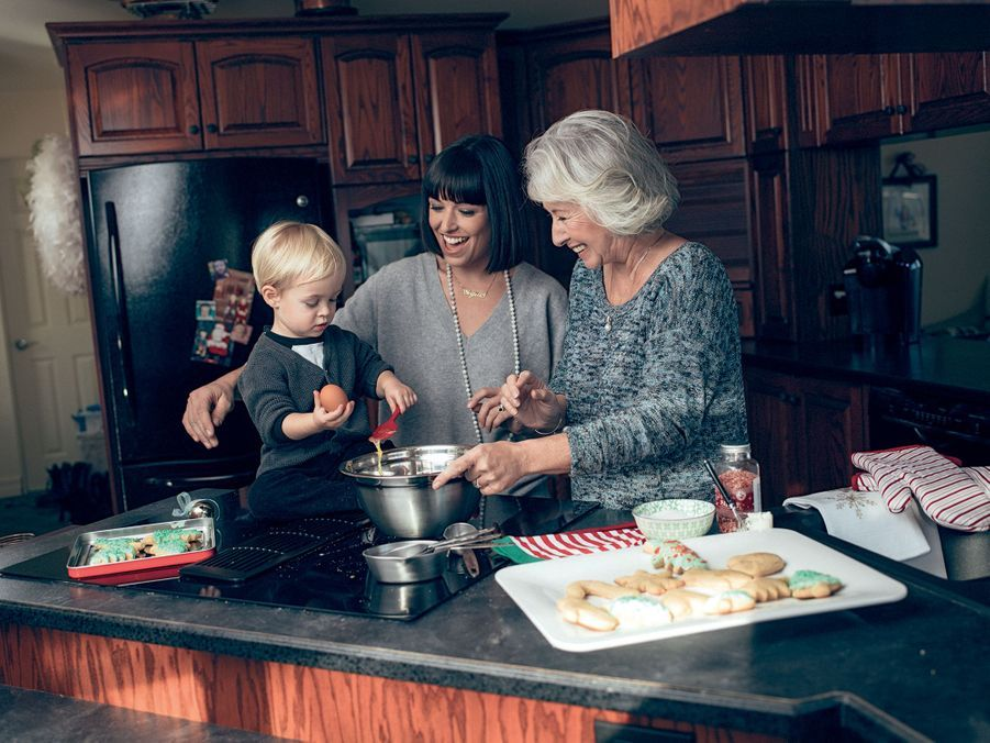 Dans la confection des traditionnels gâteaux au sirop d'érable, c'est Bixente qui casse les œufs. Avec pour admiratrices sa mère et sa grand-mère.