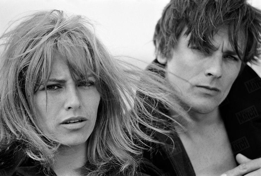 Nathalie et Alain Delon en vacances sur la plage d'Arcachon, en mai 1967.
