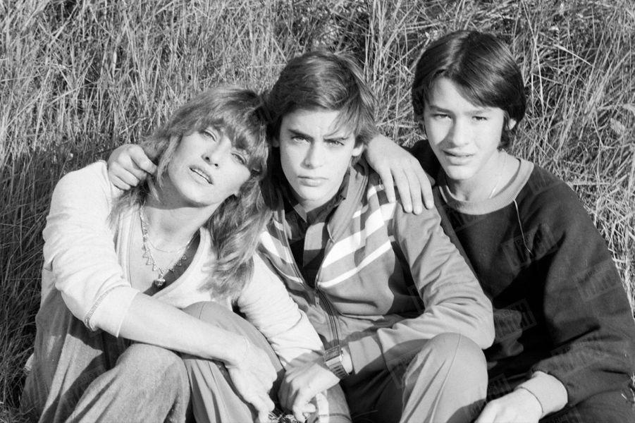 Nathalie Delon en vacances dans le Vaucluse avec son fils Anthony et son meilleur ami Emmanuel Auger (fils de Dani et Benjamin Auger), en novembre 1979.