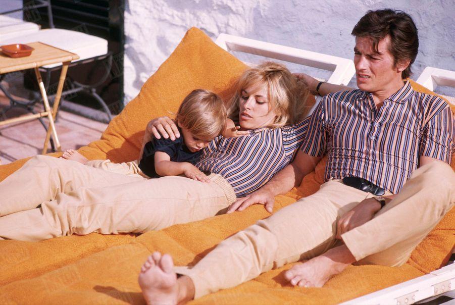 Nathalie Delon, Alain et leur fils Anthony à Saint-Tropez, en juin 1966.