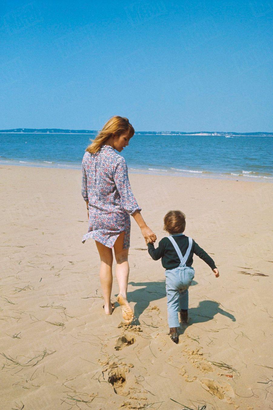 Nathalie Delon et son fils Anthonysur la plage d'Arcachon, en mai 1967.