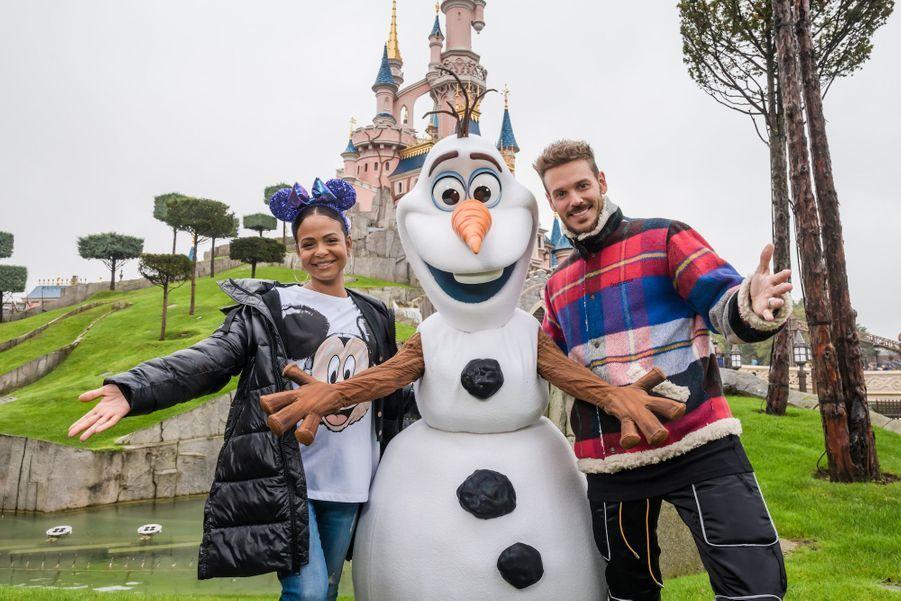 Matt Pokora et sa compagneChristina Milianaux côtés d'Olaf de «La Reine des Neiges».
