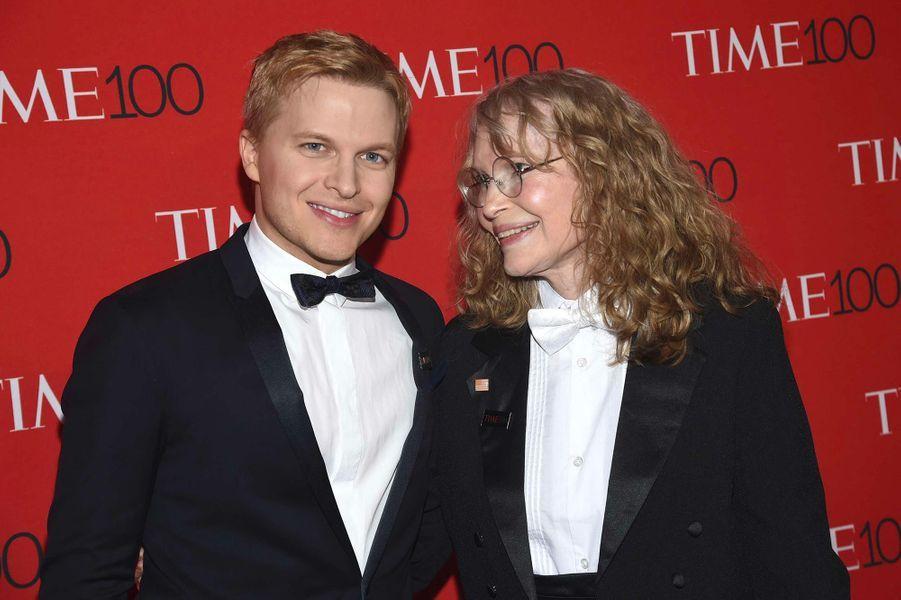 "Ronan Farrow et sa mère Mia Farrow à la soirée ""Time 100"" à New York, mardi 24 avril"