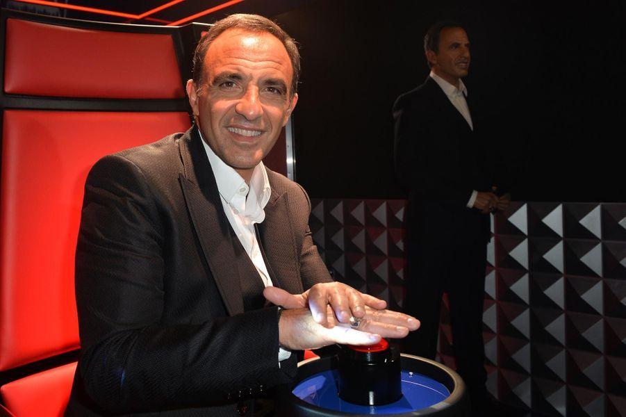 """Nikos Aliagas et le bouton rouge de """"The Voice""""."""