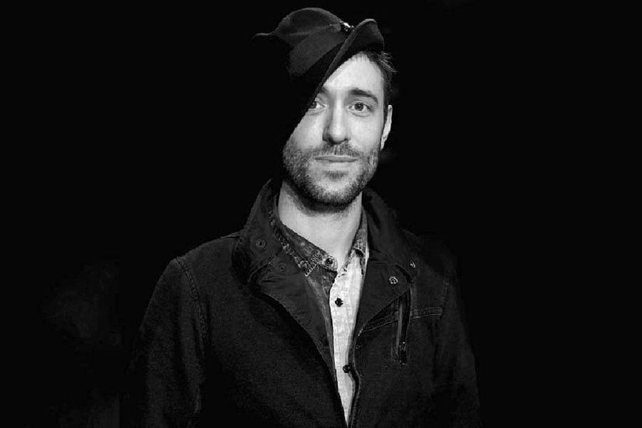 """Charlie Winston :""""Allure faussement négligée, Charlie Winston aurait pu être un acteur de la nouvelle vague: accent britannique très «posh», chapeau de travers vissé sur la tête, guitare usée par les voyages et regard de gamin empli de gratitude. La France l'a aimé dès le premier jour, grâce à ses tubes atmosphériques et éclectiques: «Like a Hobo» et «In Your Hands». Charlie est de retour avec «Curio City», un album plus électro avec des refrains folks, toujours en quête d'émancipation. Curieux personnage que ce mister Winston."""""""