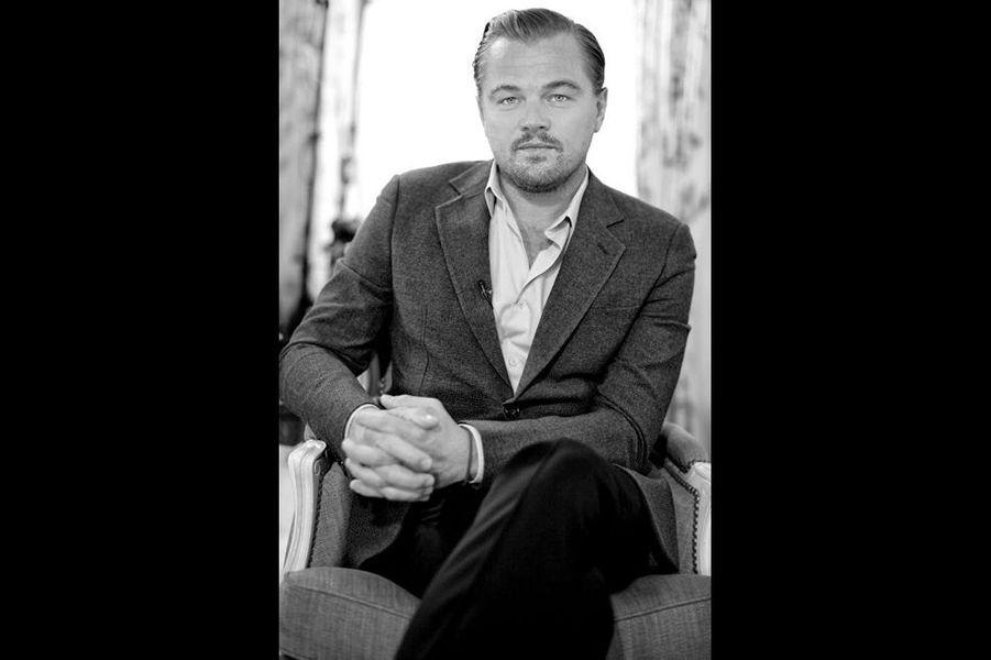 """Leonardo DiCaprio : """"C'est d'abord un regard clair. Perçant et profond. DiCaprio sait tenir tête à un objectif. C'est lui qui vous observe, il maîtrise l'exercice. Acteur multirécompensé, producteur et citoyen sensibilisé par le changement climatique, l'artiste n'a pourtant jamais reçu d'Oscars. A quelques semaines de la cérémonie, il reste stoïque, comme si tout cela ne le concernait pas. Dans son dernier film «The Revenant», Leonardo est magistral. Un animal instinctif qui ne joue plus à faire l'acteur mais qui est celui qu'il joue. Dans mon objectif, ce n'est pas une star que je vois, mais l'homme qu'il est devenu."""""""