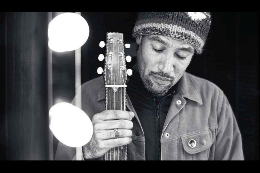 """Ben Harper : """"L'homme a passé son enfance à écouter des bluesmen du Mississippi, à essayer de reproduire leurs chansons. Jouer jusqu'au sang, s'écorcher les doigts pour apprendre. Vingt-cinq ans de carrière, une vingtaine d'albums, des milliers de concerts à travers le monde et une place particulière en France: «Ici, dit l'artiste, je me sens chez moi, que je joue sur scène ou dans la rue, ce pays m'inspire.» Dans mon objectif, je vois un homme serein, débarrassé de tout superflu. «Ma guitare date du début du siècle dernier, j'ai encore beaucoup de choses à apprendre d'elle.» Sage, comme le titre de son dernier album «Call It What It Is»."""""""