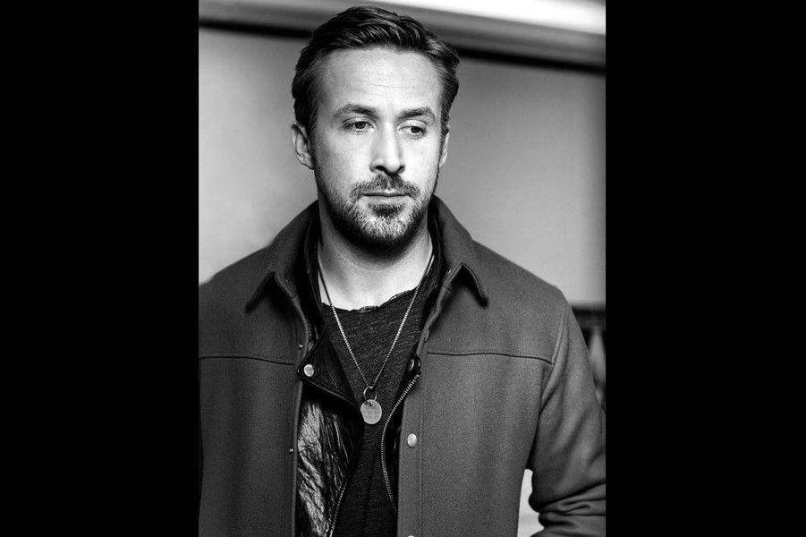 """Ryan Gosling :""""L'acteur est pudique. Hollywood l'encense et le voit grandir avec puissance dans ses studios, mais l'homme reste méfiant. Comme une appréhension intuitive qu'il active pour ne pas devenir un autre, une caricature de lui-même. Etre artiste oui, star pourquoi pas, mais certainement pas une valeur marchande implacable, à la virilité tranquille et mystérieuse! Comment allier la puissance d'une industrie et la qualité intrinsèque recherchée par un artiste? En faisant des choix audacieux et intelligents. Son dernier film, «La La Land» (réalisé par le Franco-Américain Damien Chazelle), en témoigne. Emma Stone et Ryan y brillent par leur justesse. Au-delà de la marée des Golden Globes ou des Oscars et leur promesse, la proposition cinématographique est bien là. «La La Land» enchante, ne froisse pas le rêve et ne le brade pas. Dans mon objectif, Ryan Gosling ne joue pas à la star. Il l'est."""""""