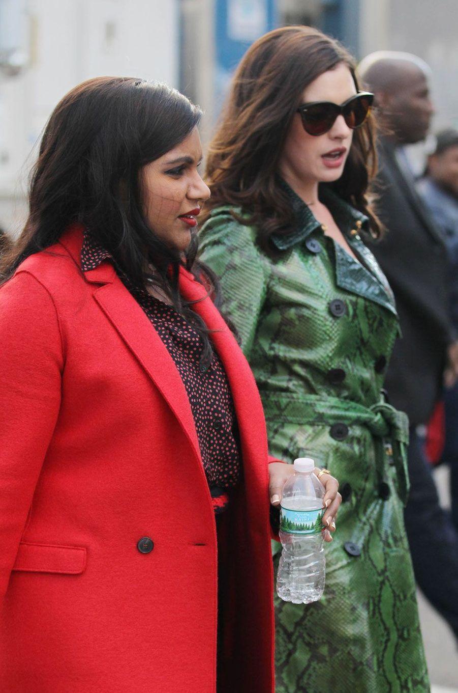 """Mindy Kalling et Anne Hathaway sur le tournage de """"Ocean's Eight"""""""