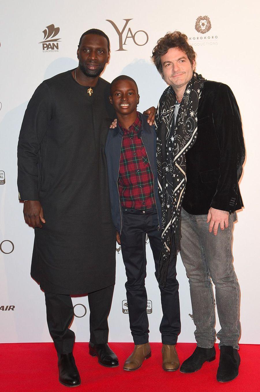 """Omar Sy avec Lionel Louis-Basse et Matthieu Chedid à l'avant-première de """"Yao"""" à Paris, mardi 15 janvier"""