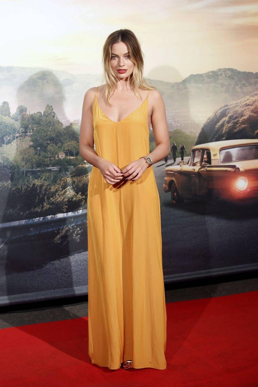 Margot Robbie (en robe Dries Van Noten) à Rome le 2 août 2019