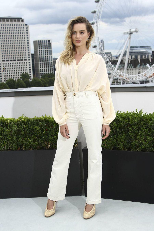 Margot Robbie (en top Doen et pantalon Maryam Nassir Zadeh) à Londres le 31 juillet 2019