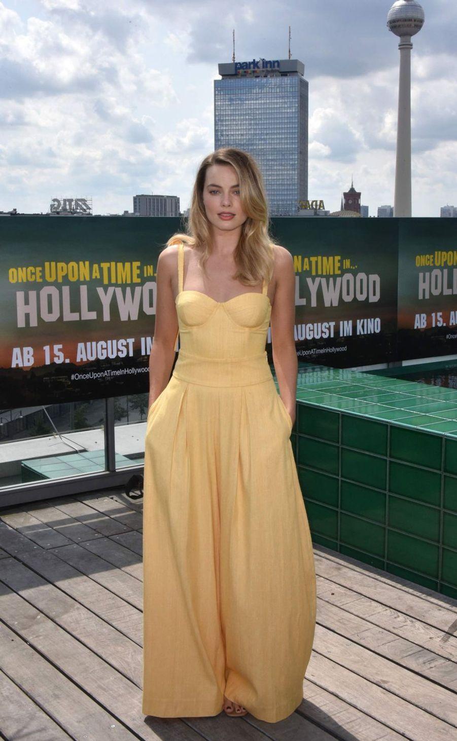 Margot Robbie (en tenueRosie Assoulin) à Berlin le 1er août 2019