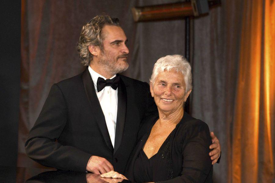 Joaquin Phoenix et sa mère Arlynaux Oscars à Los Angeles le 9 février 2020