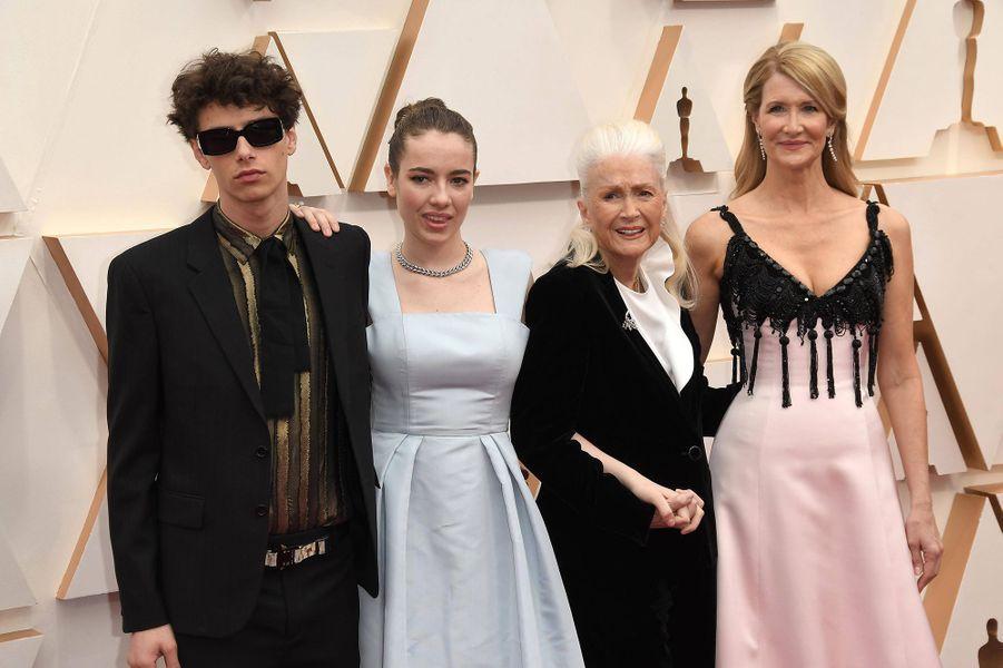 Laura Dern avec ses enfants Ellery et Jaya ainsi que sa mère Dianeaux Oscars à Los Angeles le 9 février 2020