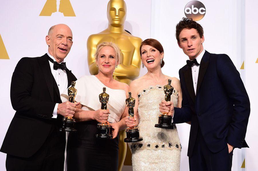 """2015 :J.K. Simmons (meilleur second rôle dans """"Whiplash""""), Patricia Arquette (meilleure second rôle dans """"Boyhood""""), Julianne Moore (meilleure actrice dans """"Still Alice"""") et Eddie Redmayne (meilleur acteur dans """"Une merveilleuse histoire du temps"""")"""