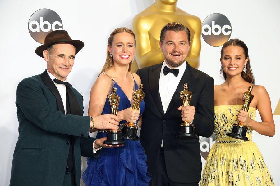"""2016 :Mark Rylance (meilleur second rôle dans """"Le Pont des espions""""), Brie Larson (meilleure actrice pour """"Room""""), Leonardo DiCaprio (meilleur acteur dans """"The Revenant"""") et Alicia Vikander (meilleure second rôle dans """"Danish Girl"""")"""