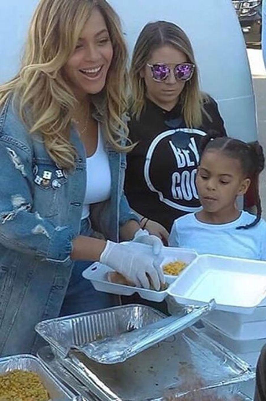 Beyoncé, Blue Ivy et ses équipes de l'association BeyGOOD viennent en aide aux sinistrés de Houston, le 8 septembre 2017.
