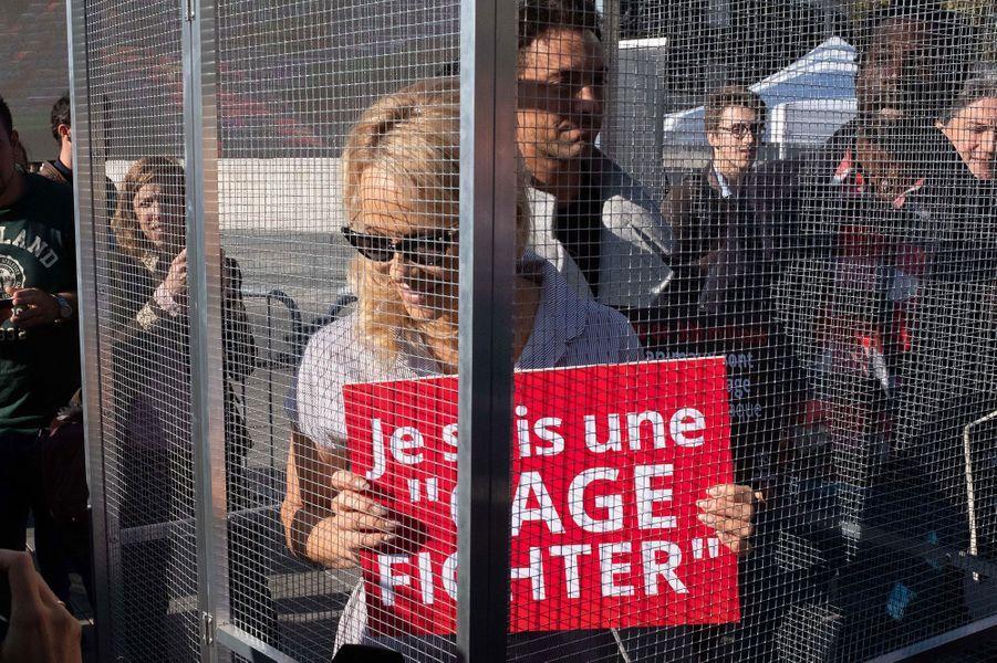 Pamela Anderson dans une cage mercredi à Paris
