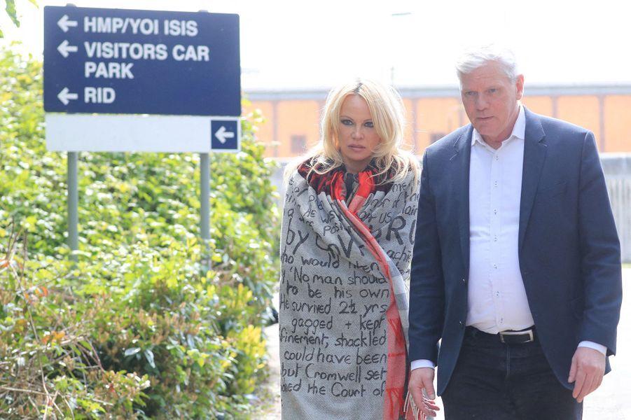Pamela Anderson et le porte-parole de WikiLeaksKristinn Hrafnsson s'adressent aux journalistes devant la prison deBelmarsh à Londres le 7 mai 2019