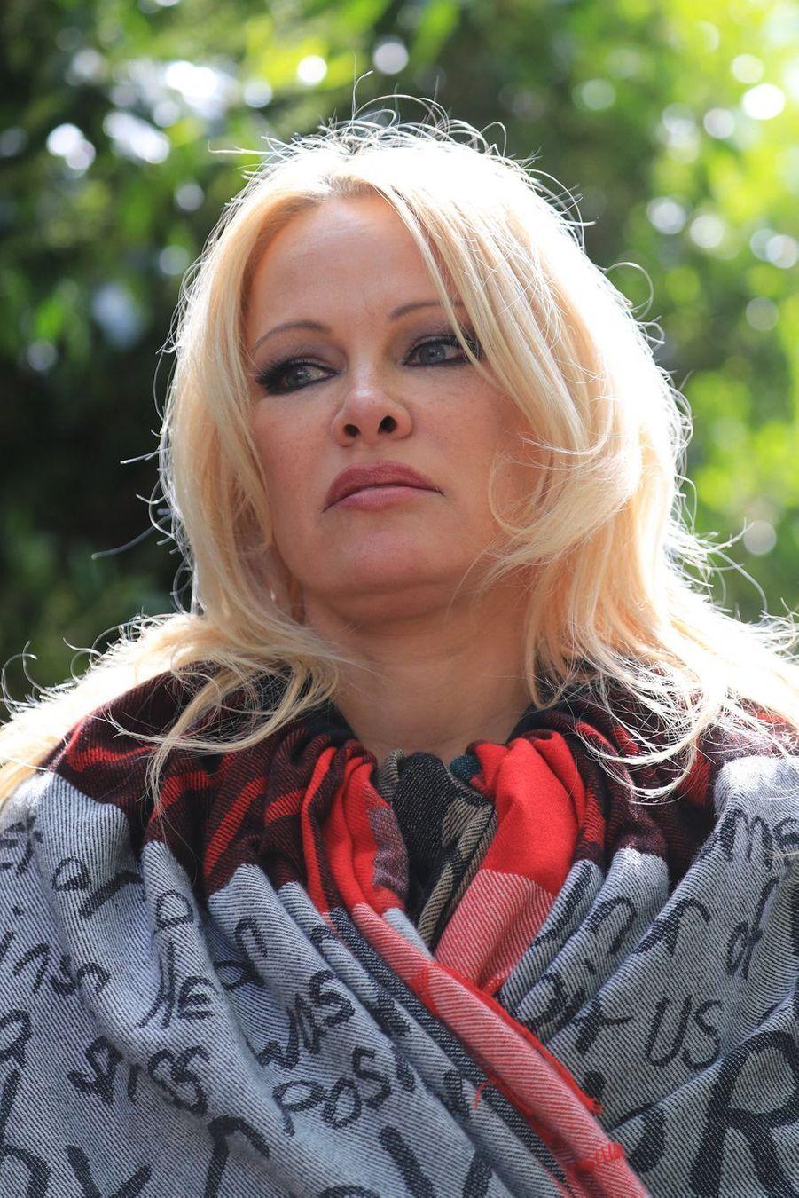 Pamela Andersons'adresse aux journalistes devant la prison deBelmarsh à Londres le 7 mai 2019