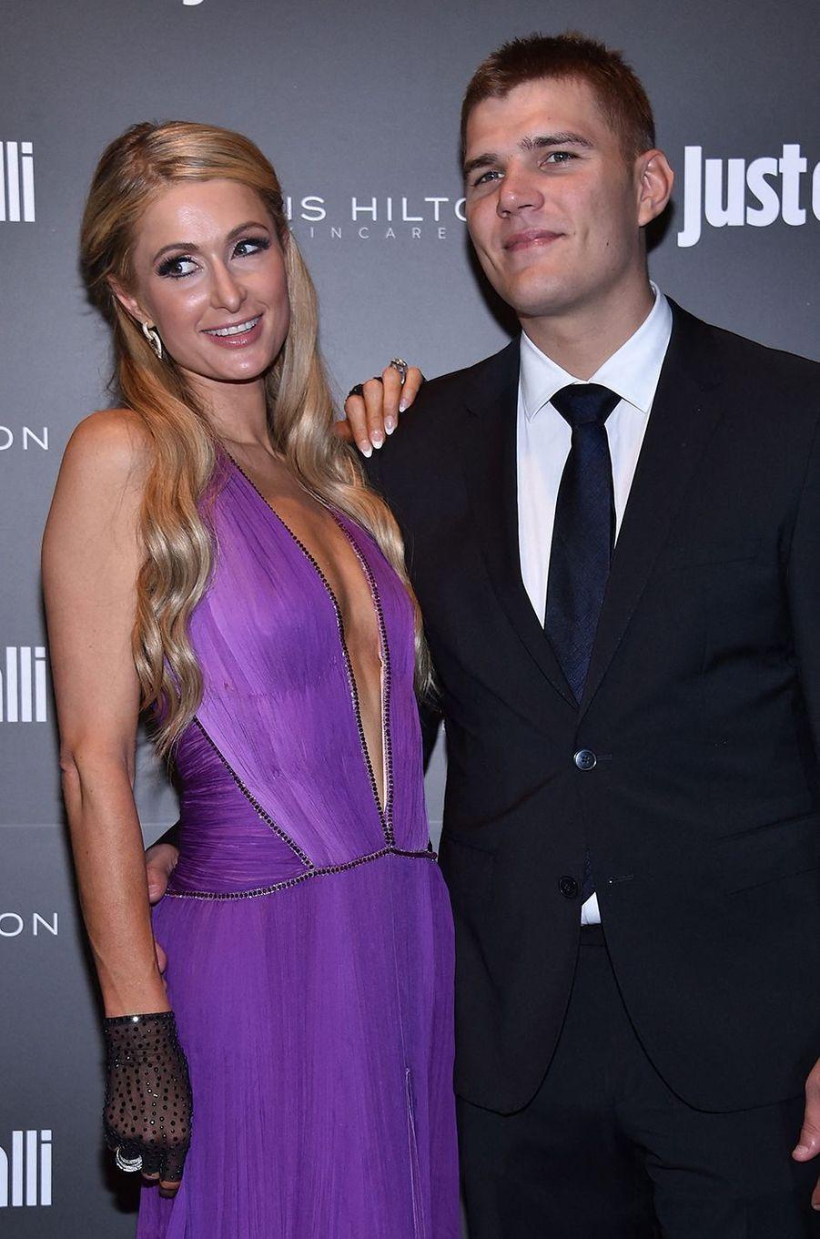 Paris Hilton et Chris Zylka (acteur vu dans la série «The Leftovers») s'étaient fiancés en 2018 après un an de relation. Ils ont rompu quelques mois plus tard.