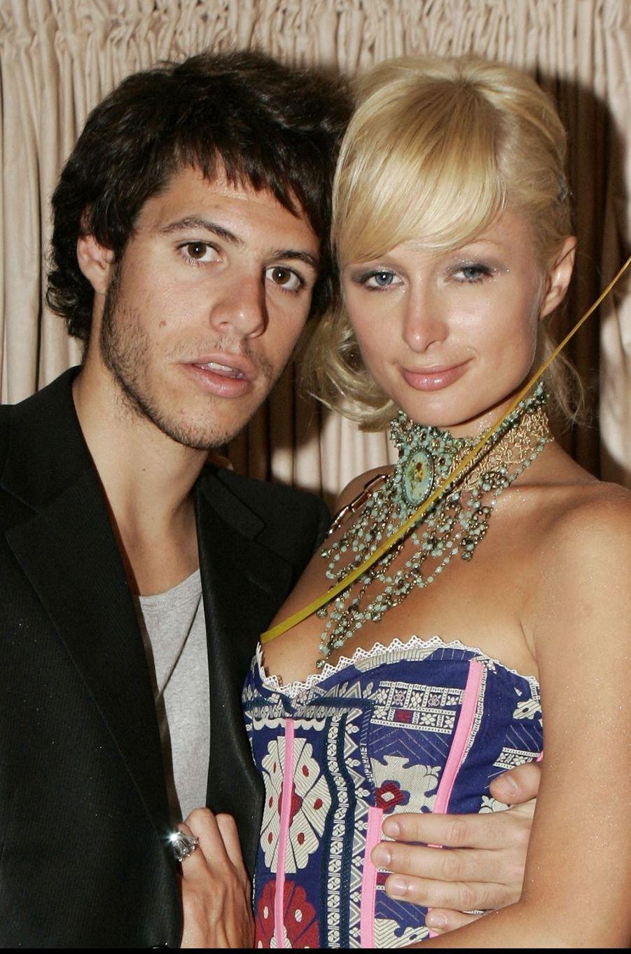 Paris Latsis (héritier grec) et Paris Hilton ont été ensemble entre 2004 et 2005, période durant laquelle ils ont été aussi fiancés