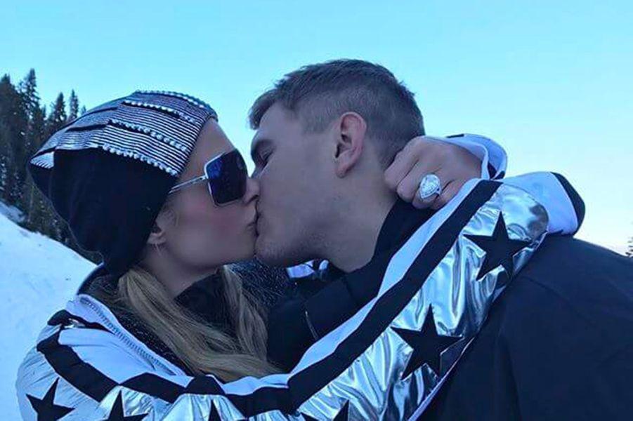 Chris Zylka et Paris Hilton à Aspen