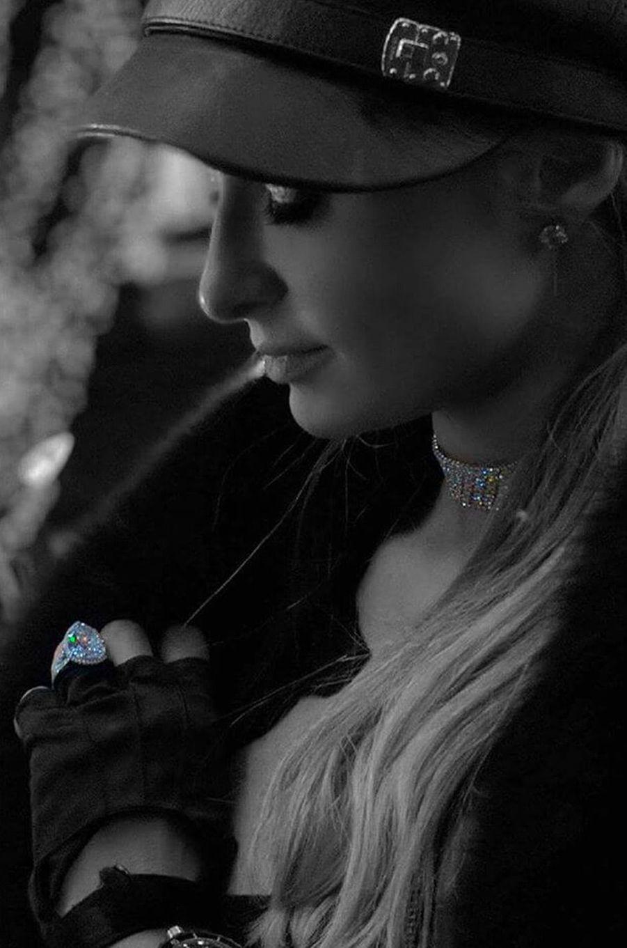 Paris Hilton affiche fièrement sa bague de fiançailles