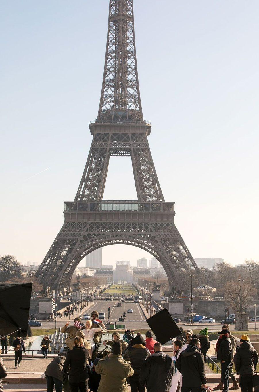 Paris Jackson en séance photo à Paris face à la Tour Eiffel
