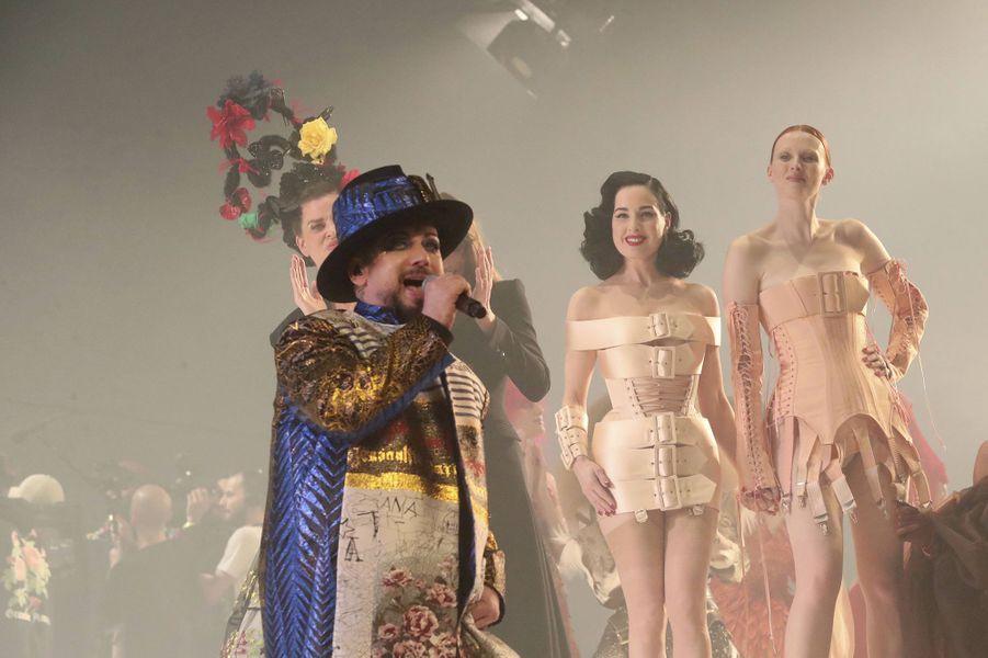Boy Georgechante sur le podium du dernier défiléhaute couture de Jean Paul Gaultier auThéâtre du Châtelet mercredi 23 janvier 2020 devantDita von Teese et d'autres célèbres mannequins.