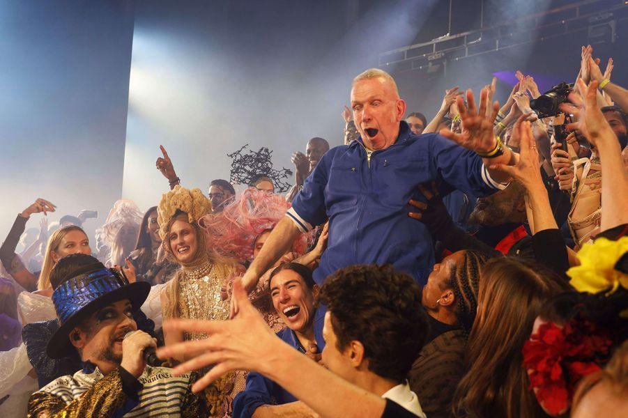 Jean Paul Gaultier acclamé lors de sondernier défiléhaute couture auThéâtre du Châtelet mercredi 23 janvier 2020, tandis que Boy George chante sur le podium.