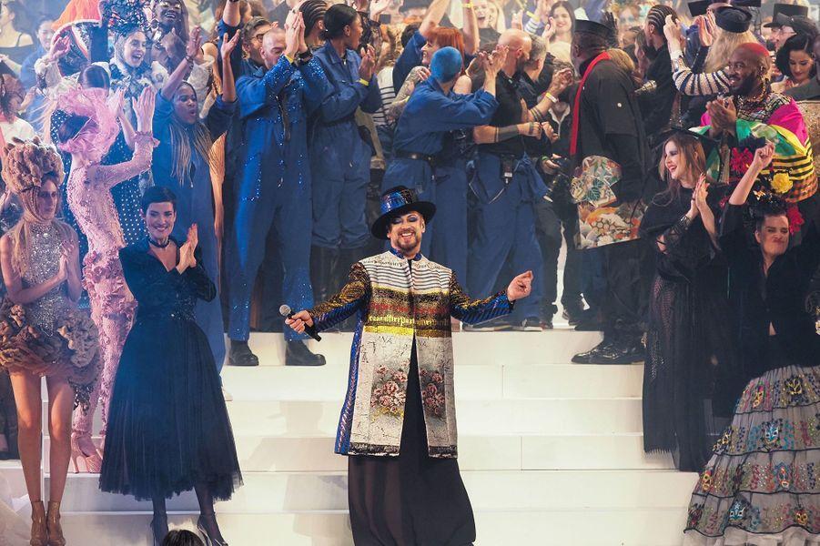 Boy Georgechante sur le podium du dernier défiléhaute couture de Jean Paul Gaultier auThéâtre du Châtelet mercredi 23 janvier 2020.